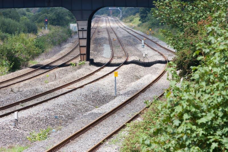 Eisenbahn-Spuren kurvten und verschwinden in Abstand lizenzfreie stockfotos