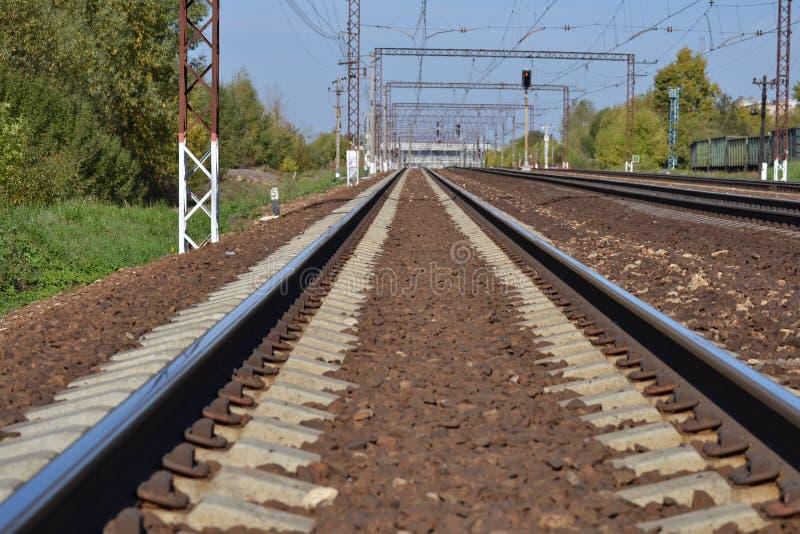 Eisenbahn steigt in den Abstand ein Sonniger Tag Viele Methoden Dmitrov Kremlin Russland lizenzfreies stockbild