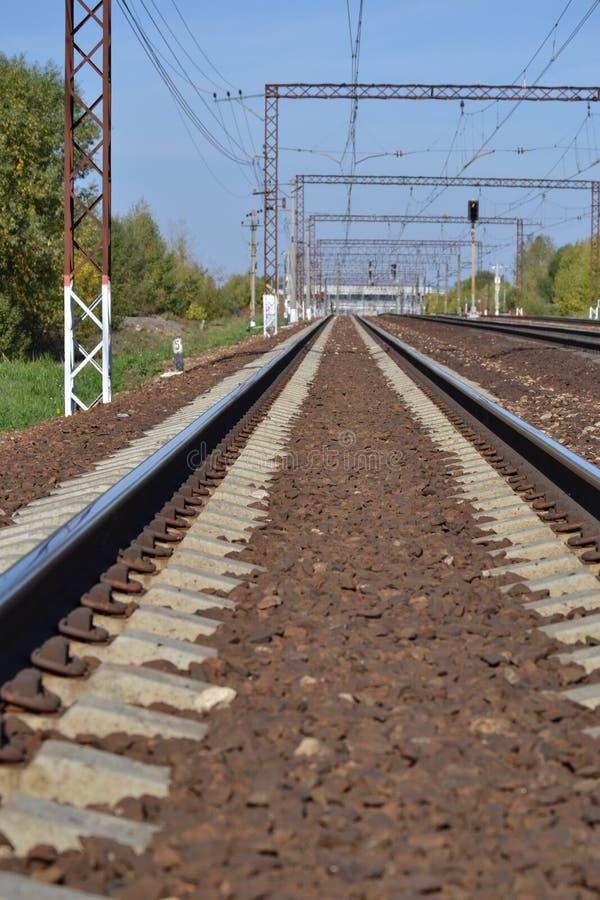 Eisenbahn steigt in den Abstand ein Sonniger Tag Viele Methoden Dmitrov Kremlin Russland stockfoto