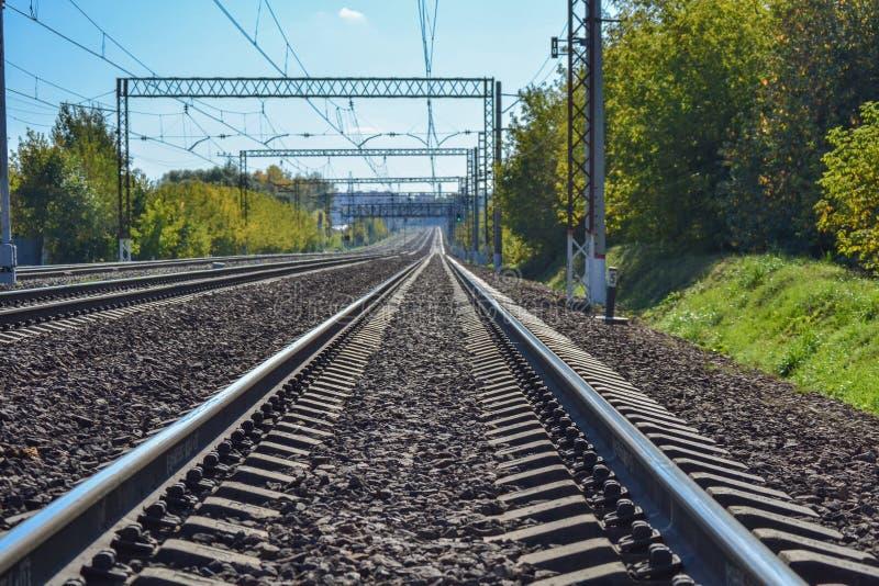 Eisenbahn steigt in den Abstand ein Sonniger Tag Viele Methoden Dmitrov Kremlin Russland stockbild