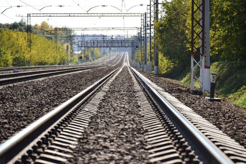 Eisenbahn steigt in den Abstand ein Sonniger Tag Viele Methoden Dmitrov Kremlin Russland lizenzfreies stockfoto