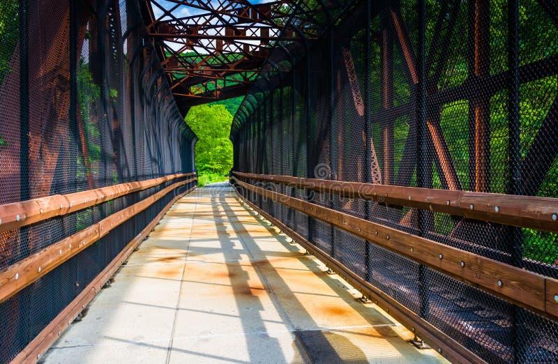 Eisenbahn und Fußgängerbrücke bei Lehigh sättigen Nationalpark, Penns stockfotos