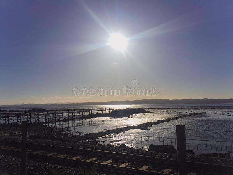 Eisenbahn vor einem klaren blauen Himmel stockfotos