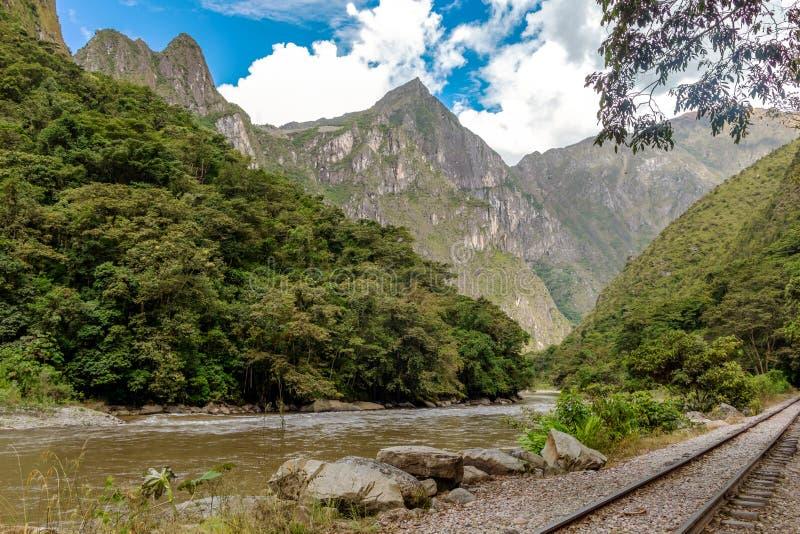 Eisenbahn zur Inkazitadelle Machu Pichhu und peruanische Berge am sonnigen Tag stockbilder