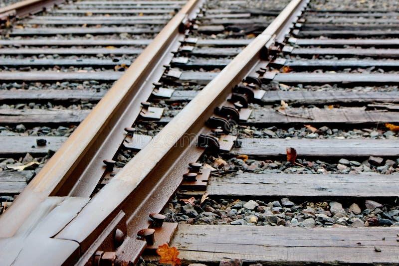 Eisenbahnbauhölzer und -bahnen auf Steinballast lizenzfreie stockbilder