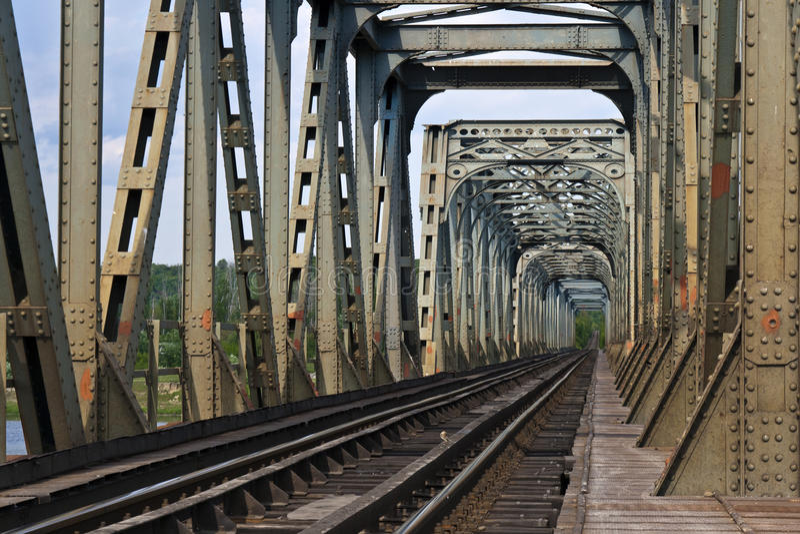 Eisenbahnbrücke über dem Fluss olt, Rumänien lizenzfreie stockbilder