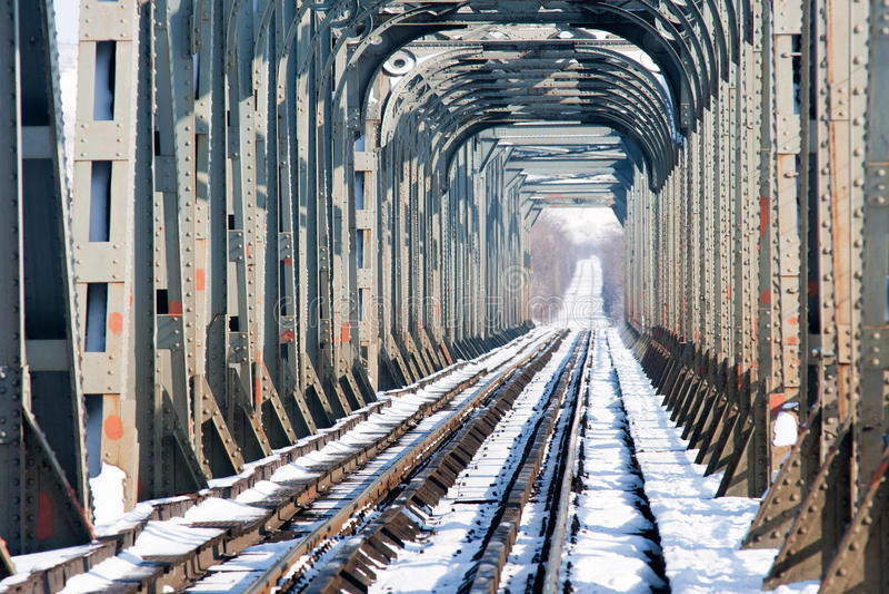 Eisenbahnbrücke über dem Fluss olt, Rumänien lizenzfreies stockbild