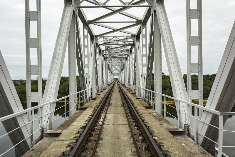 Eisenbahnbrücke über dem Fluss und eingleisiger Eisenbahn lizenzfreies stockfoto