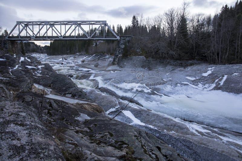 Eisenbahnbrücke über einem Fluss stockfotografie