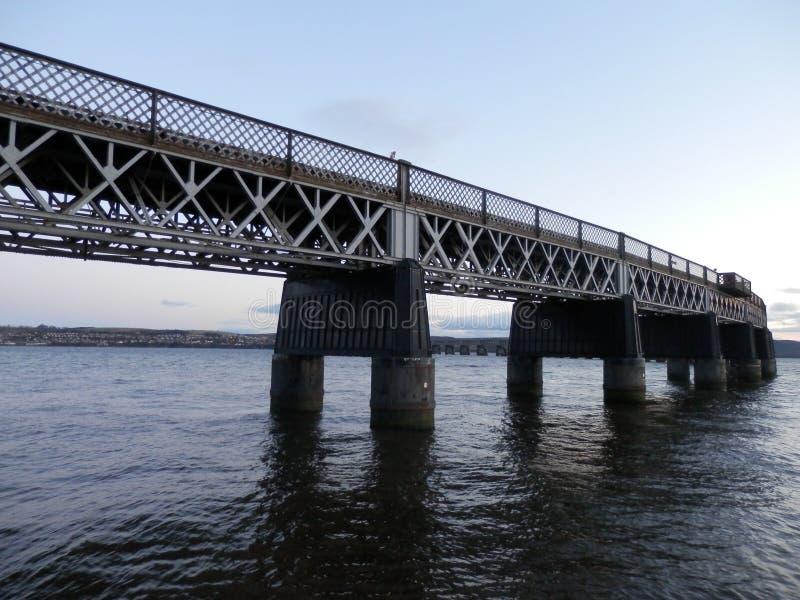Eisenbahnbrücke über Fluss stockbild