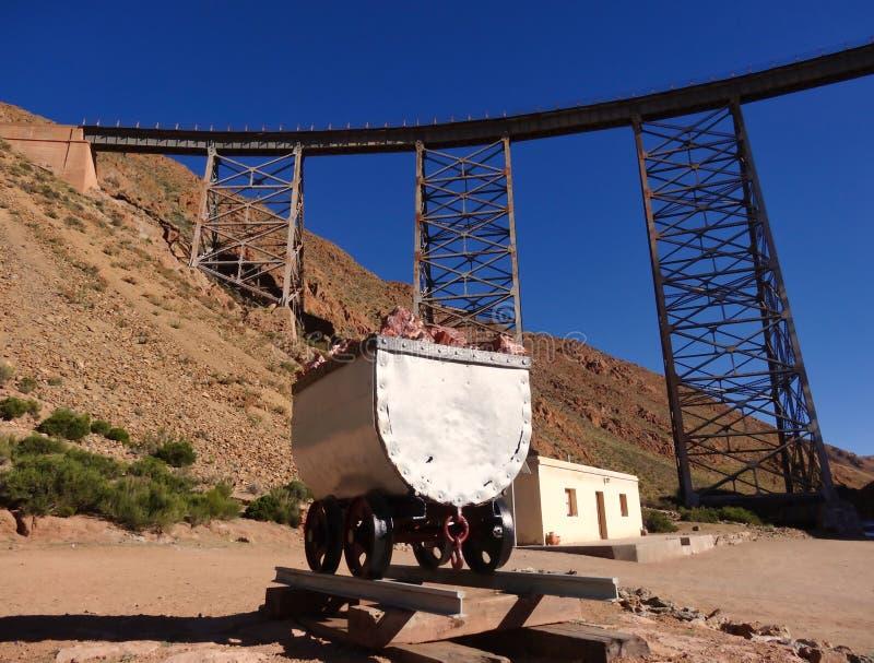 Eisenbahnbrücke in Argentinien mit Lastwagen vom Bergwerk stockfotos