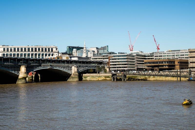 Eisenbahnbrücke Blackfriars, welche die Themse kreuzt lizenzfreie stockbilder