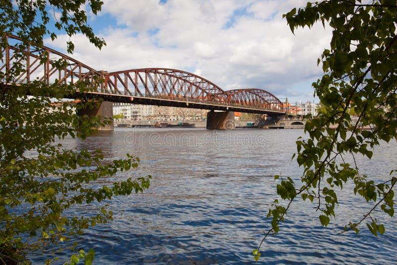 Eisenbahnbrücke des alten Eisens in Prag, Tschechische Republik stockfotos