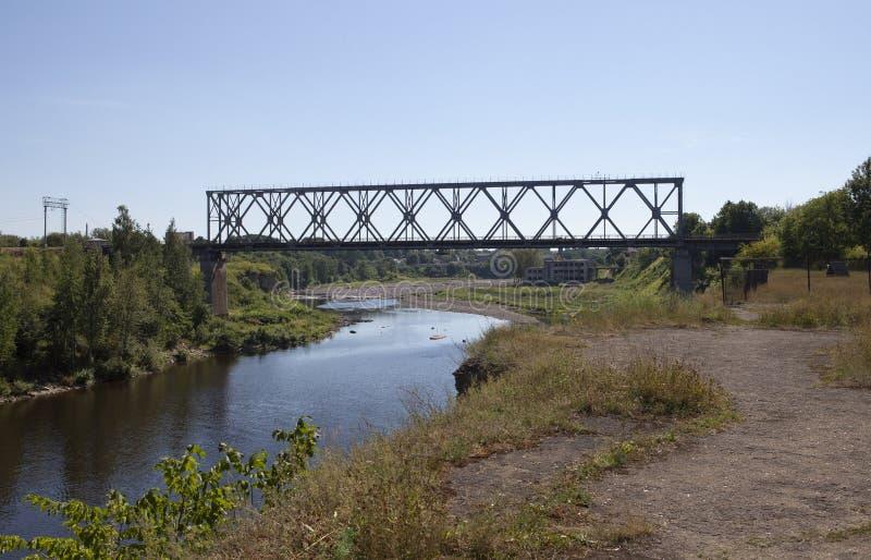 Eisenbahnbrücke durch den Fluss Narva Estland stockfotos