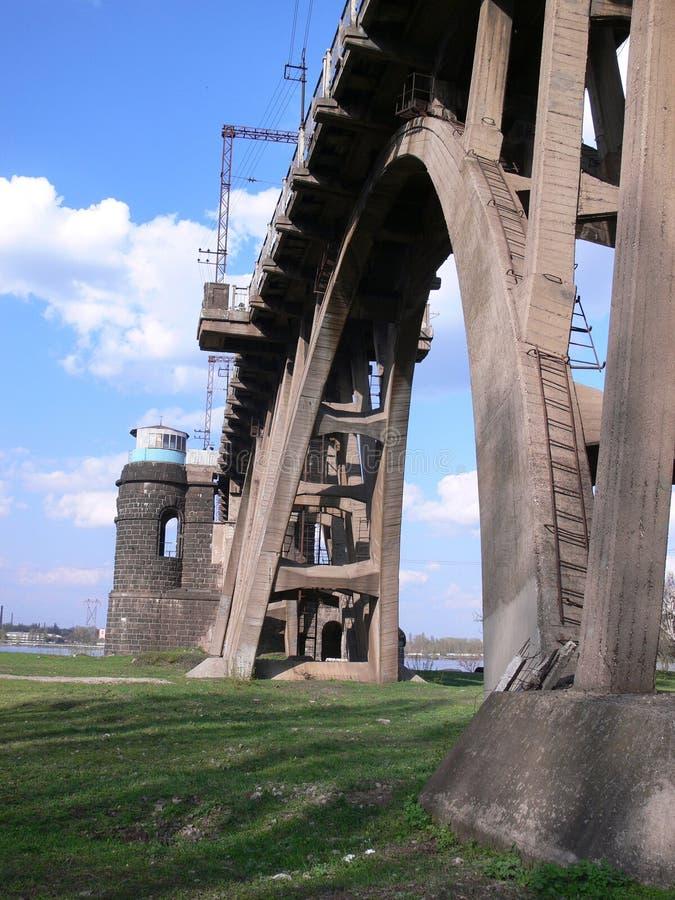 Eisenbahnbrücke durch river1 stockbilder