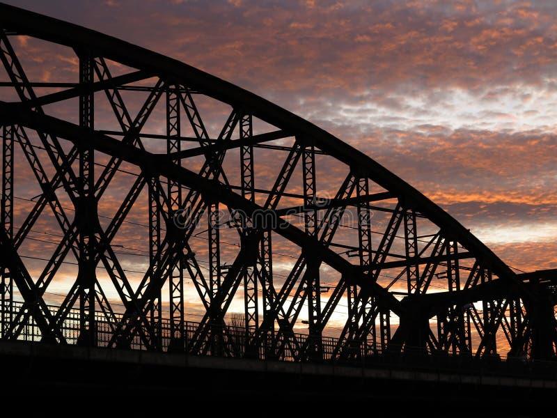 Eisenbahnbrücke im Sonnenuntergang stockbilder
