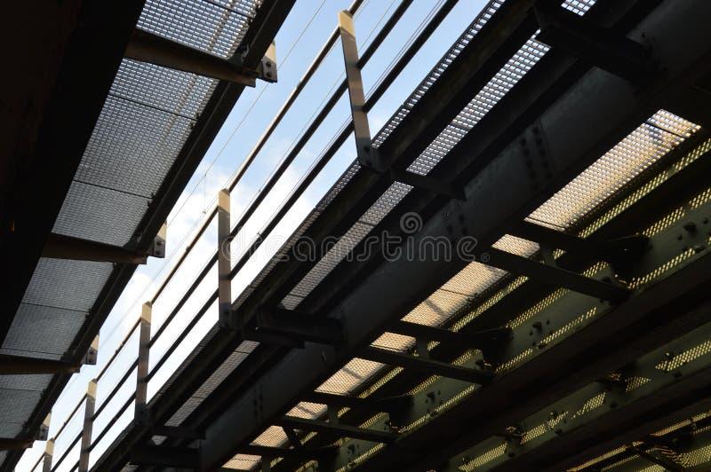 Eisenbahnbrücke mit Gitter und Anblick auf dem Himmel stockfoto