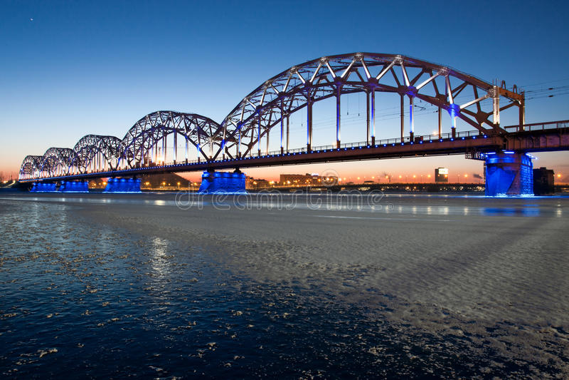 Eisenbahnbrücke nachts lizenzfreie stockfotos