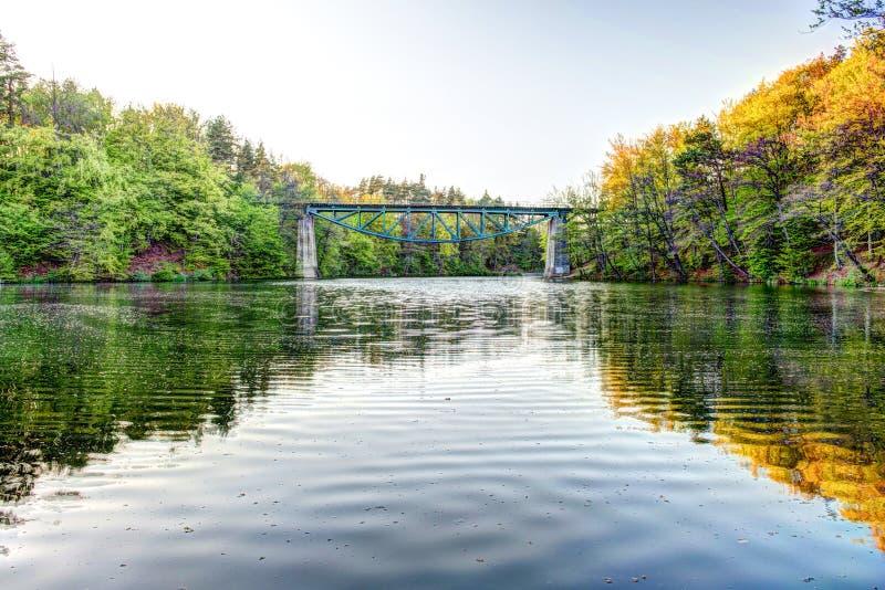 Eisenbahnbrücke in Rutki- Pomeranian, Polen lizenzfreies stockbild