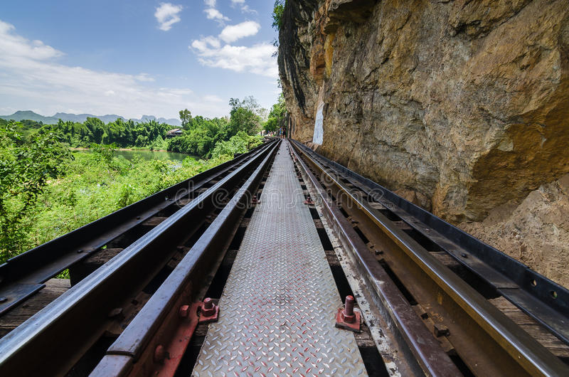 Eisenbahnbrücke an tham krasae Kanchanaburi Thailand stockfotografie