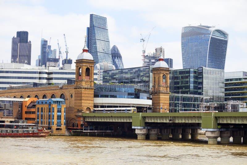 Eisenbahnbrücke und moderne glasig-glänzende Bürogebäude, Geschäftszentrum, London, Vereinigtes Königreich lizenzfreies stockbild