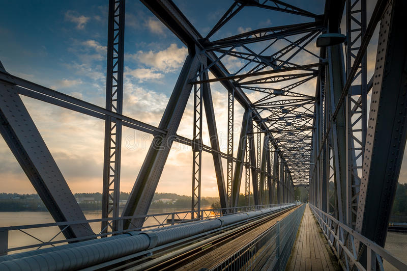 Eisenbahnbrückesonnenaufgang stockfotos