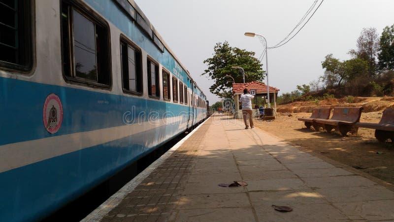 Eisenbahnkreuzungszug stockbild