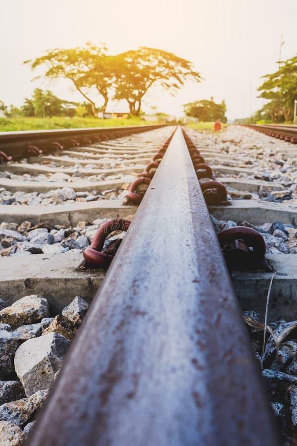Eisenbahnlinie auf flacher Schärfentiefe der Stahlbrücke lizenzfreie stockfotografie
