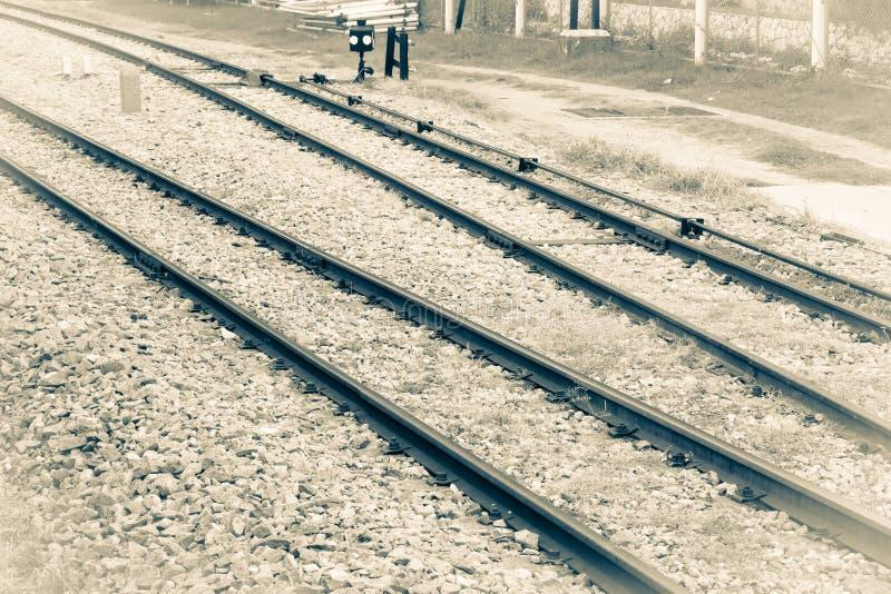 Eisenbahnlinie auf Kies für Zugtransport Einfarbige Weinleseart lizenzfreie stockbilder