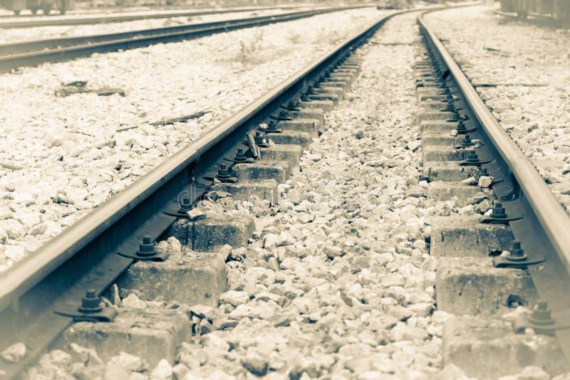 Eisenbahnlinie auf Kies für Zugtransport Einfarbige Weinleseart lizenzfreie stockfotos
