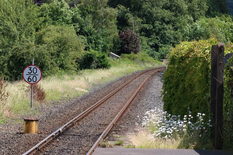 Eisenbahnlinie der einzelnen Zeile, die zu eine Kurve führt lizenzfreie stockfotografie