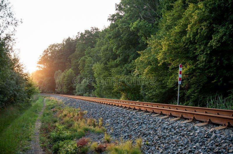 Eisenbahnlinie in der Natur lizenzfreies stockbild