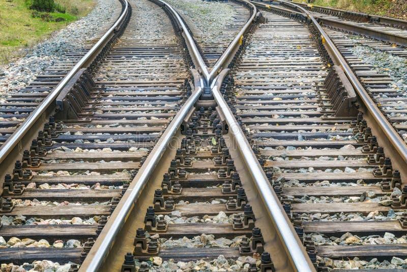 Eisenbahnlinielinien vor dem Bahnhof stockfotos