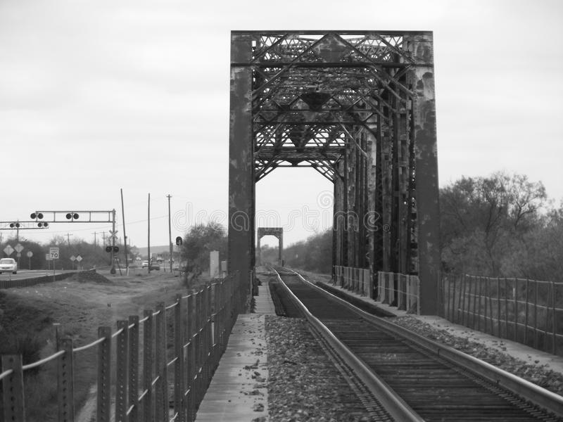 Eisenbahnlinien, die in den Abstand über dem Horizont hinaus ausdehnen stockfotografie