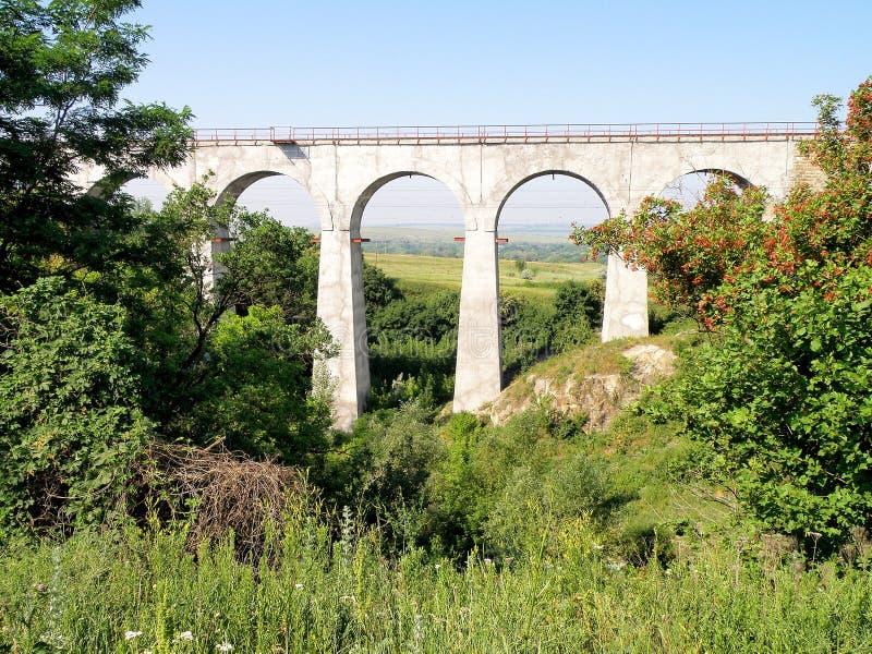 Eisenbahnlinien, die in den Abstand über dem Horizont hinaus ausdehnen stockfoto