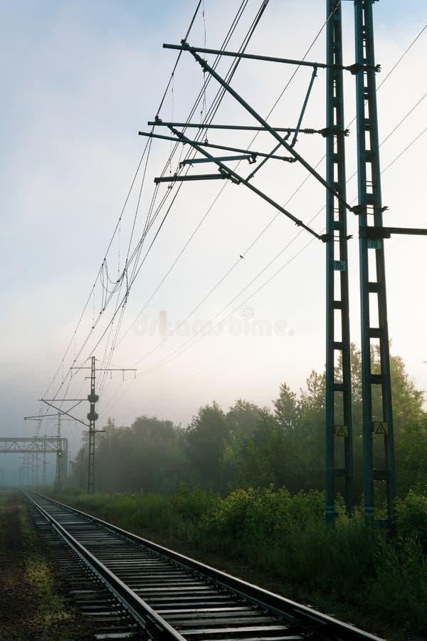 Eisenbahnlinien, die in den Nebel einsteigen lizenzfreies stockfoto
