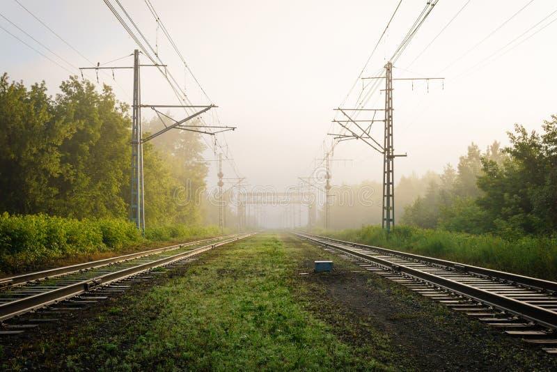 Eisenbahnlinien, die in den Nebel einsteigen stockfoto