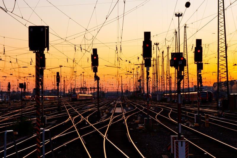 Eisenbahnlinien am Sonnenuntergang stockfoto