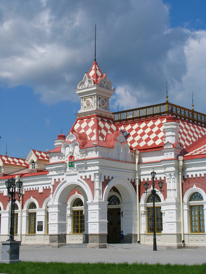 Download Eisenbahnstation stockbild. Bild von straße, gebäude, station - 266307