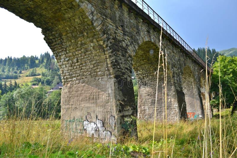 Eisenbahnsteinbogenbrücke stockfotos