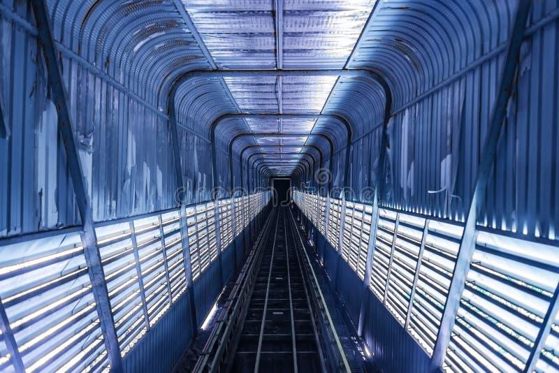 Eisenbahntunnelstraßenbahnwagendunkelheit in der starken Struktur der Gebäudegebirgsshow lizenzfreies stockbild
