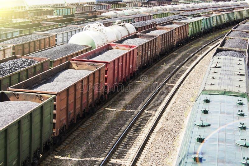 Eisenbahnwagen luden mit Kohle, eine Zugtransportkohle Viele verschiedenen Eisenbahnwagen stockfotos
