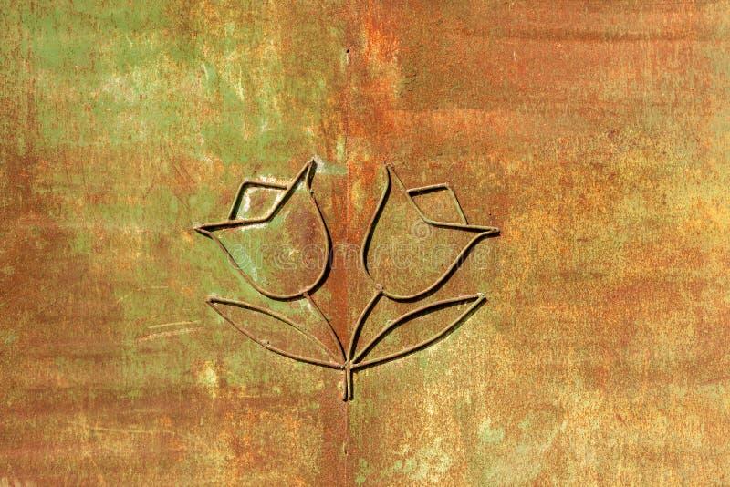 Eisenblumen auf Rosthintergrund stockfotografie