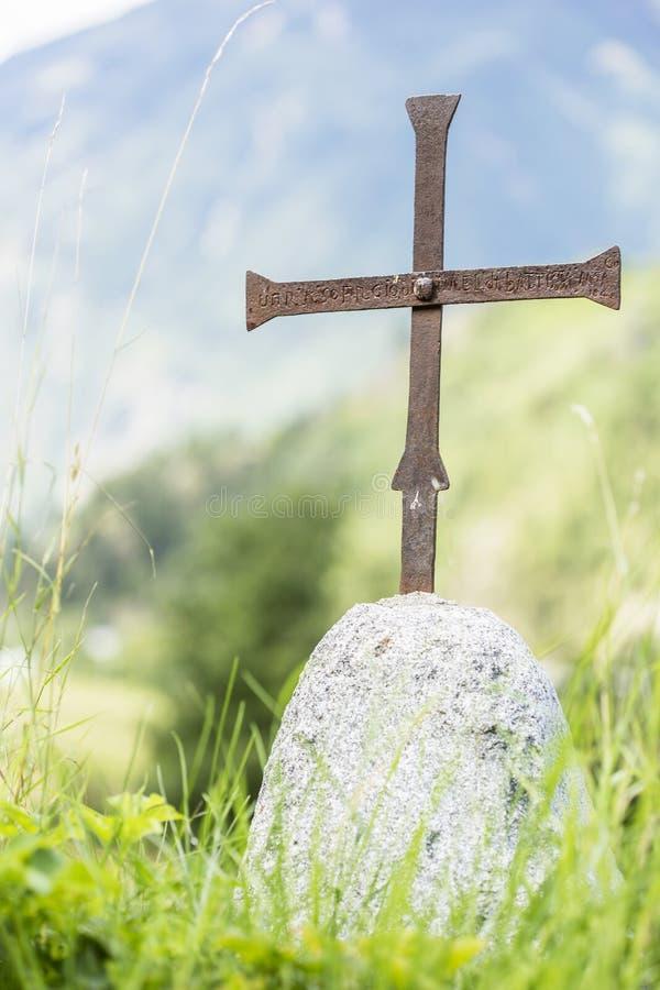Eisenkreuz auf einem einfachen Grundstein lizenzfreies stockfoto