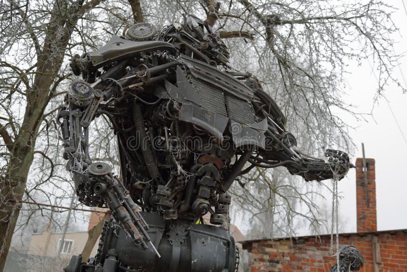 Eisenkunstgegenstand von den Autoteilen, Gvardeisk, Russland stockbilder