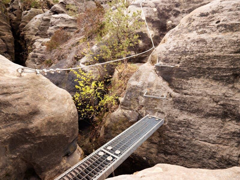 Eisenrampe im Felsen, touristische Leiter Verdrehtes Seil des Eisens geregelt im Block Bergsteigerweise über ferrata lizenzfreies stockbild