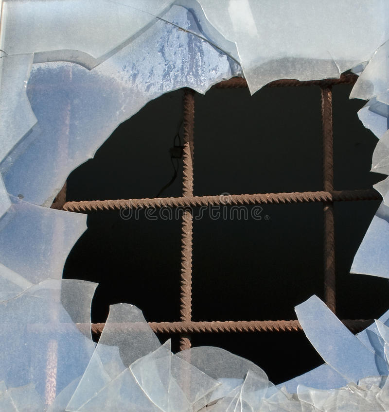 Eisenstangen und gebrochenes Glasfenster stockbild