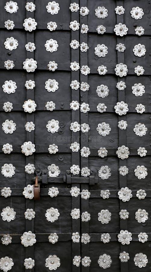 Eisentür mit Blumen stockfoto