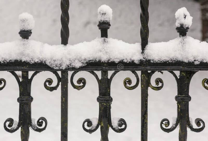 Eisenzaun unter Schnee lizenzfreies stockfoto