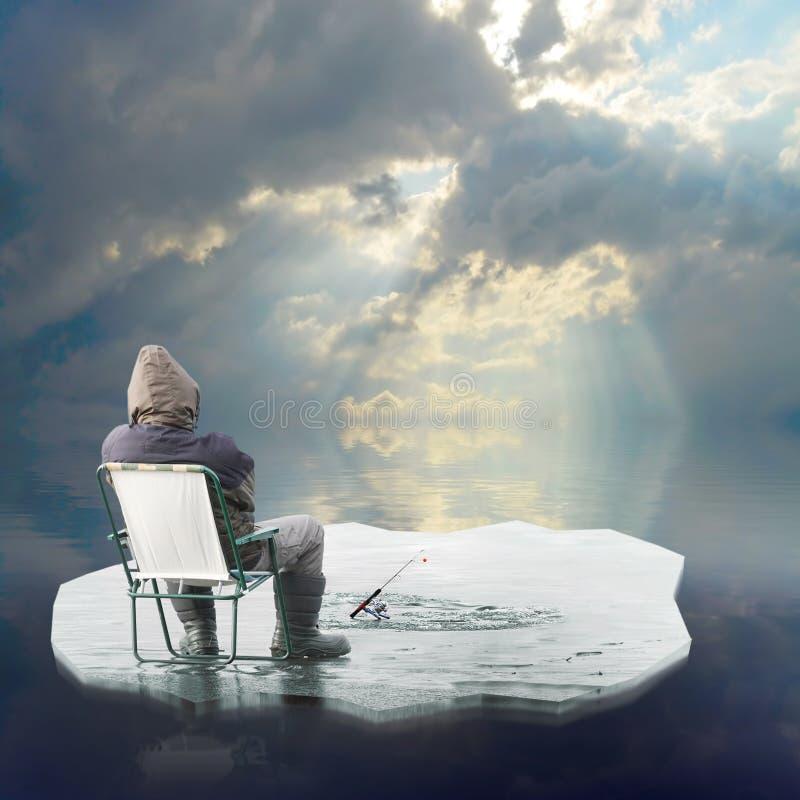 Eisfischer, der auf Eisberg schwimmt. stockbilder